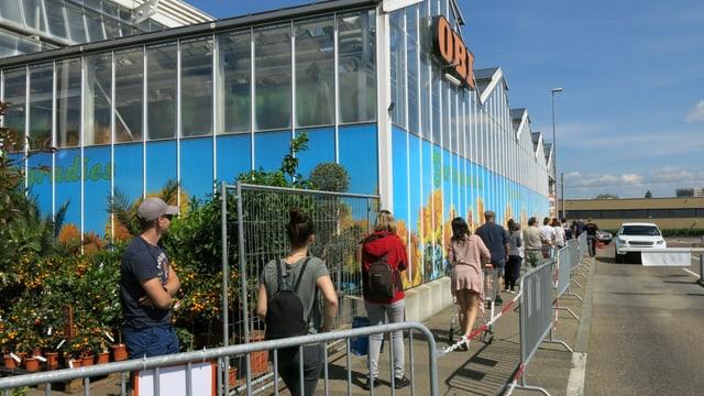 Warteschlange vor dem Obi-Gartencenter