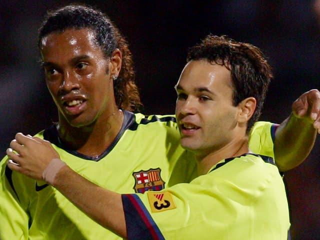 Ronaldinho und Iniesta jubeln zusammen.