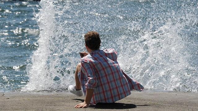 In'unda gronda lascha siglir enavos in giuven a la riva.