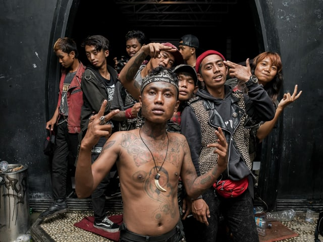 Eine Gruppe tätowierter Punks aus Indonesien posiert vor der Kamera