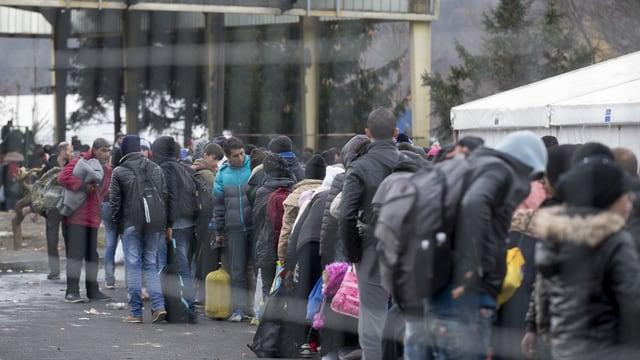 Flüchtlinge warten in einem Sammelzentrum an der Österreichisch-Slowenischen Grenze.