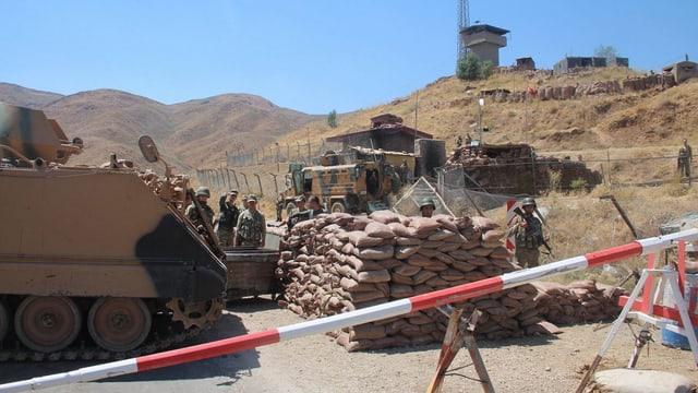 Türkische Soldaten sichern mit Panzern einen Ort in den Bergen nahe der irakischen Grenze