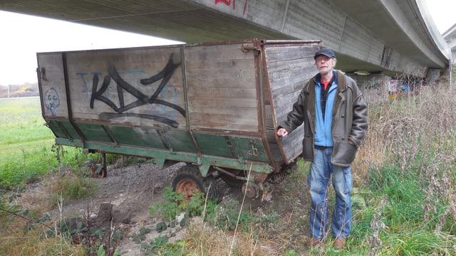 Niggi Schwald (66) vor «seinem» Graswagen in Wallisellen, der ihm bis 2009 als Schlafstelle diente.