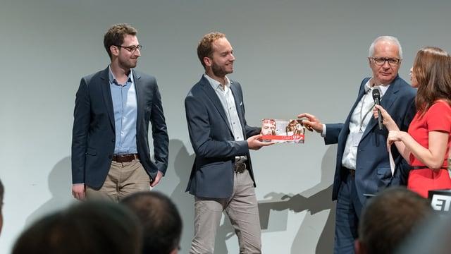 Start-up-Gewinner mit SRF-Direktor Ruedi Matter