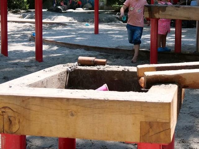 Holzkanal um mit Wasser zu spielen
