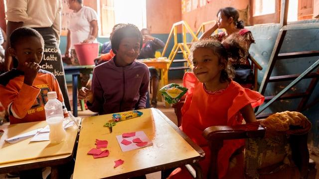 Drei Schulkinder in einer Schule für Behinderte