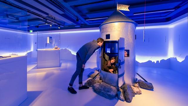 Besucherinnen und Besucher in einer Ausstellung.