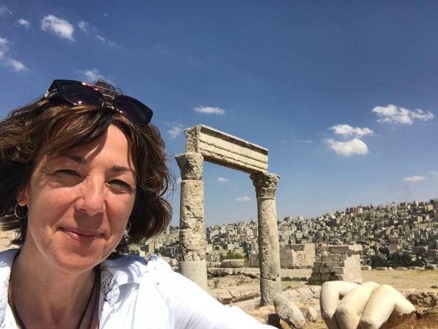 SRF-Nahostkorrespondentin Susanne Brunner vor dem Herkulestempel auf der Zitadelle in Jordaniens Hauptstadt Amman.