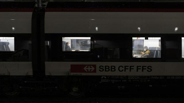 Ein SBB-Zug steht im Dunkeln.
