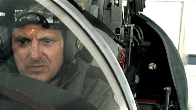 Ein Mann im Militärflugzeug.