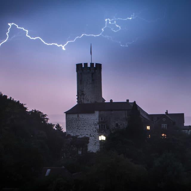 Nachtaufnahme mit Blitz über Burgturm