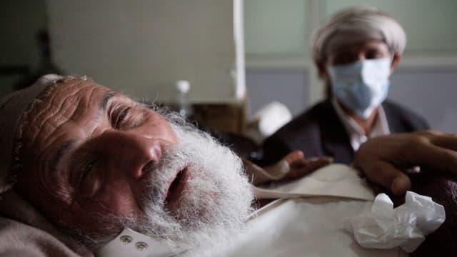 Ein alter, mit Cholera infizierter Mann liegt einem Spital in Sanaa, 12.5.2017.