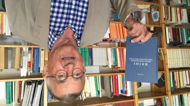 Paul Good in seinem Philosophieatlier in Bad Ragaz mit seinem Buch über Heidi.