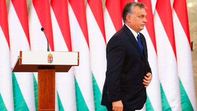 Der ungarische Premier Viktor Orban verlässt nach einer Medieninformation das Rednerpult. (reuters)