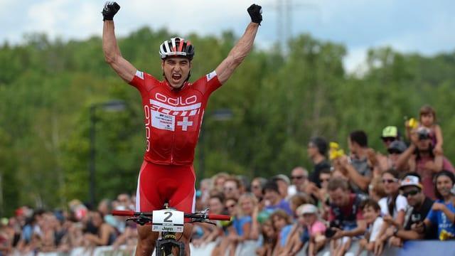 Nino Schurter gudogna la cursa da la cuppa mundiala.