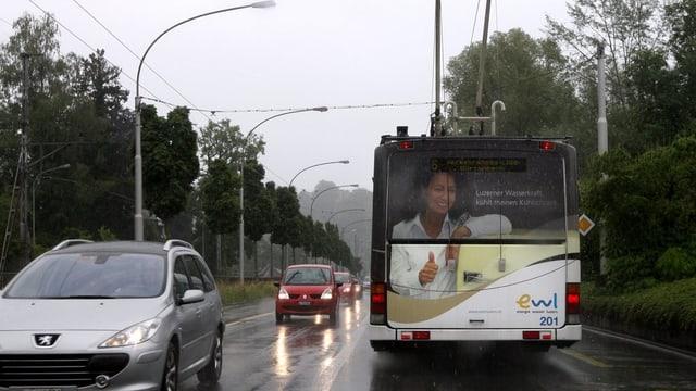 Ein Bus der Verkehrsbetriebe Luzern fährt an einer Autokolonne vorbei.