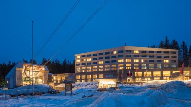 Hotel Säntis nebst der Talstation Schwebebahn im Eindunkeln