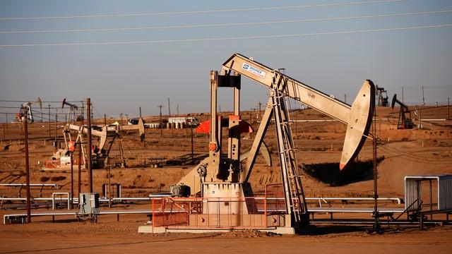 Ein Erdöl-Feld mit Fördermaschinen in Kalifornien