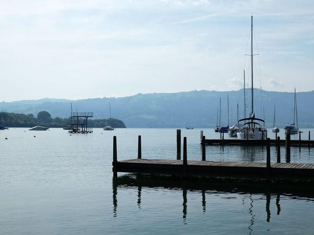 Blick auf den Yachthafen und den See.