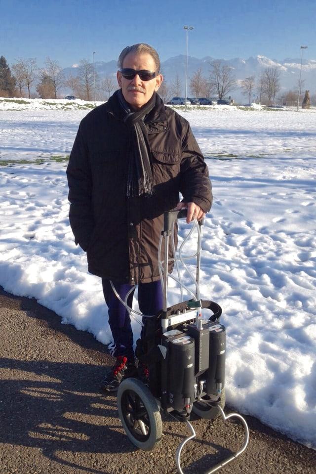 Herbert Greub bei einem Spaziergang, bei sich hat er sein ‹Pumpwerk›