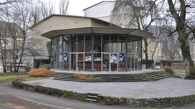 Gebäude mit Glasanbau.