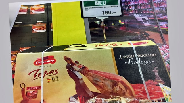 Verpackung mit Serrano-Schinken und Preisschild.