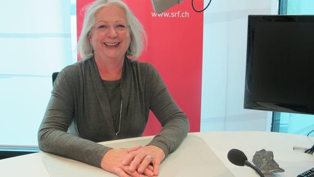 Die Churer Bürgermeisterin Ruth Bochsler sitzt an einem Tisch im Studio Chur.
