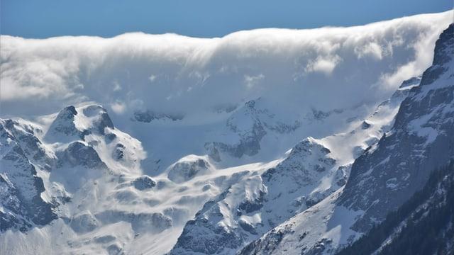 Eine Wolkenwand lag am Samstag über den Bergen südlich von Engelberg.