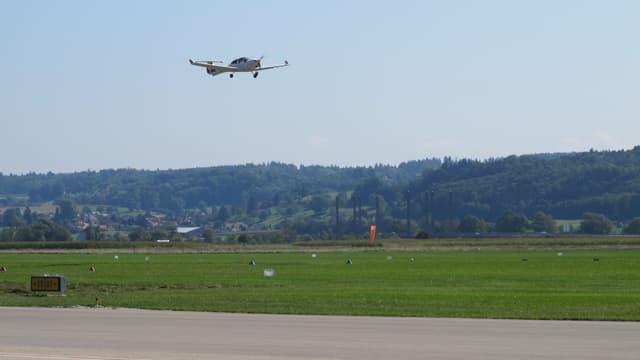 Propellermaschine beim Anflug auf die Landepiste.