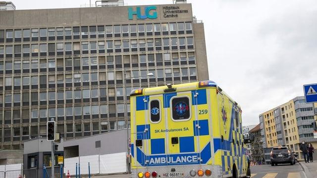 Eine Ambulanz fährt am Hauptgebäude des Universitätsspital Genf vorbei.