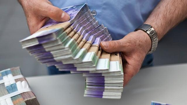 Ein Mann zählt Tausendernoten.