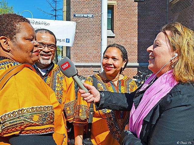 Niederlandskorrespondentin interviewt drei Afrikaner.