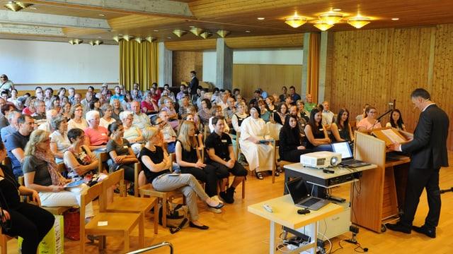 Participantas e participants dal curs da rumantsch sursilvan a Glion.