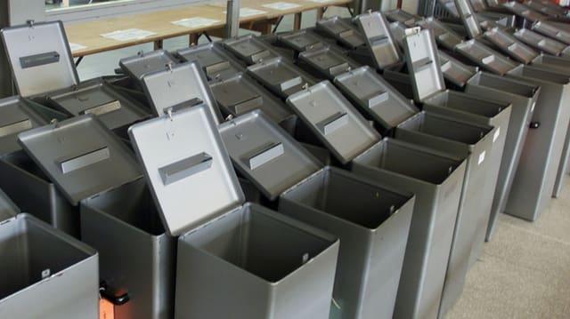 Leere Wahlurnen.