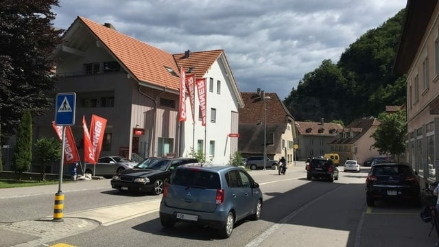 Enge Strasse in einem Dorf.