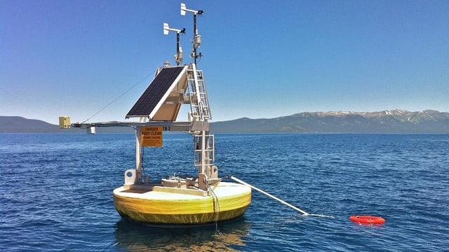 Eine gelbe Boje misst Wassertemperaturen auf dem Lake Tahoe in den USA.