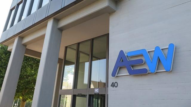 Ein Hochhaus aus Beton mit einem blauen Schriftzug drauf: AEW