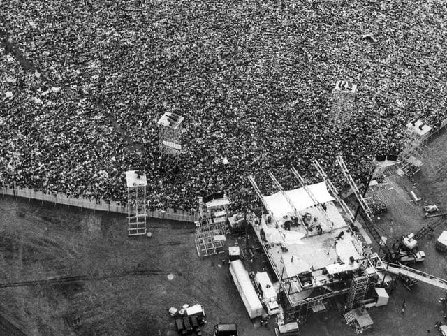Die Woodstock-Bühne mit Zehntausenden Zuschauern