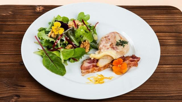 Gemischter Blattsalat mit Raclette-Speck-Birnen auf weissem Teller