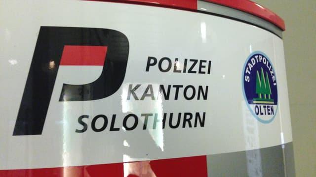 Polizei-Notrufsäule in Olten mit den Logos von Stadt- und Kantonspolizei.