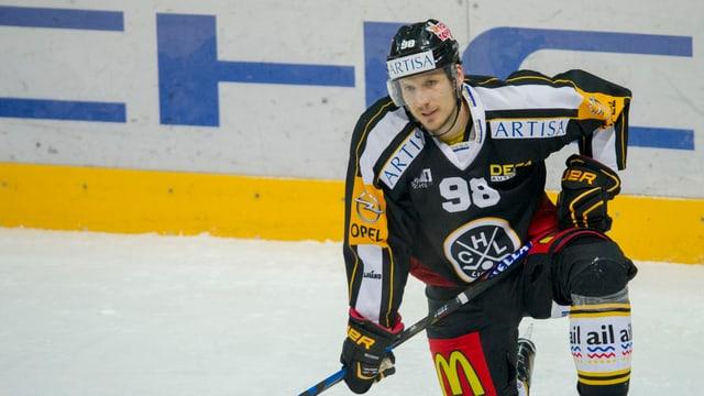 Damien Brunner kniet auf dem Eis.