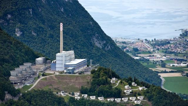 Luftaufnahme des Kraftwerks Chavalon, im Hintergrund der Genfersee.