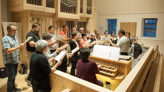 Il Chor mischedau da Surrein durant l'emprima emprova cun l'orgla nova.