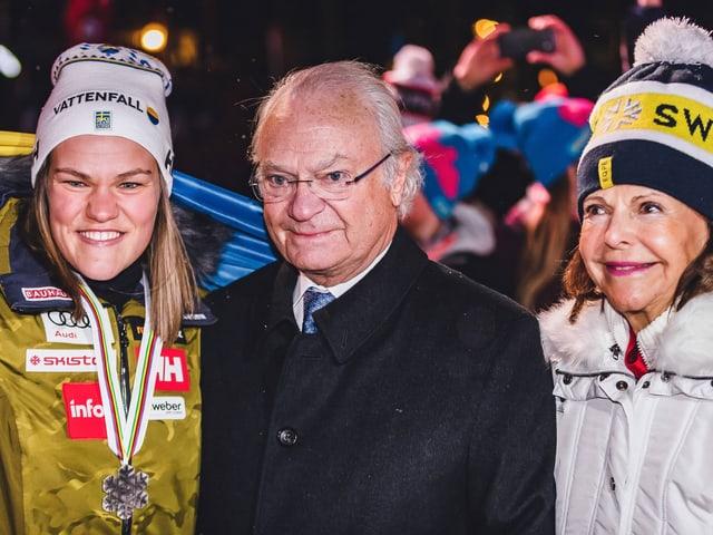 Anna Swenn-Larsson lächelt neben dem Königspaar mit dem Silber um den Hals in die Kameras.