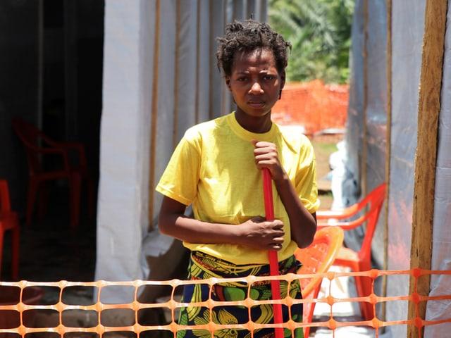 Schwarze Frau mit gelbem Shirt.