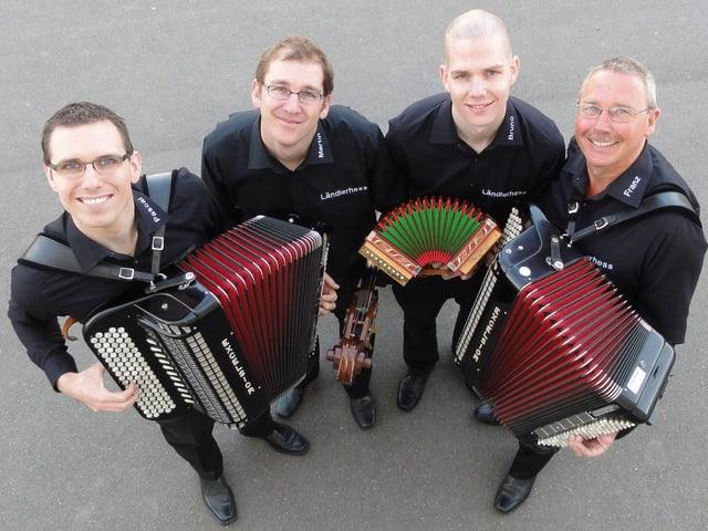 Blick von oben auf die vier Musikanten mit Akkordeons und Schwyzerörgeli.