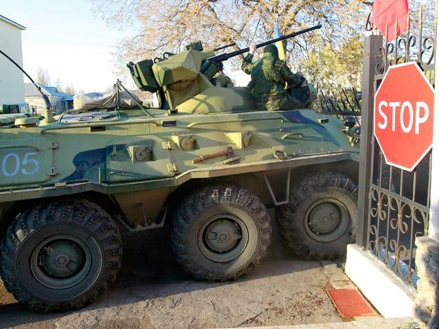 Panzerfahrzeug durchbricht Tor