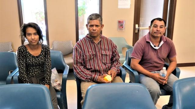 Personen in einem Warteraum sitzend