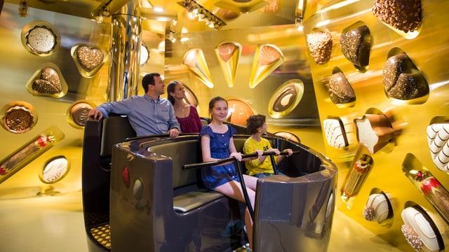 Familie bei der neuen Attraktion Swiss Chocolate Adventure im Verkehrhaus Luzern.