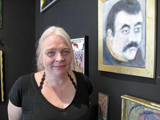 Porträtbild der Galeristin Evelyn Walker vor einem Kunstwerk
